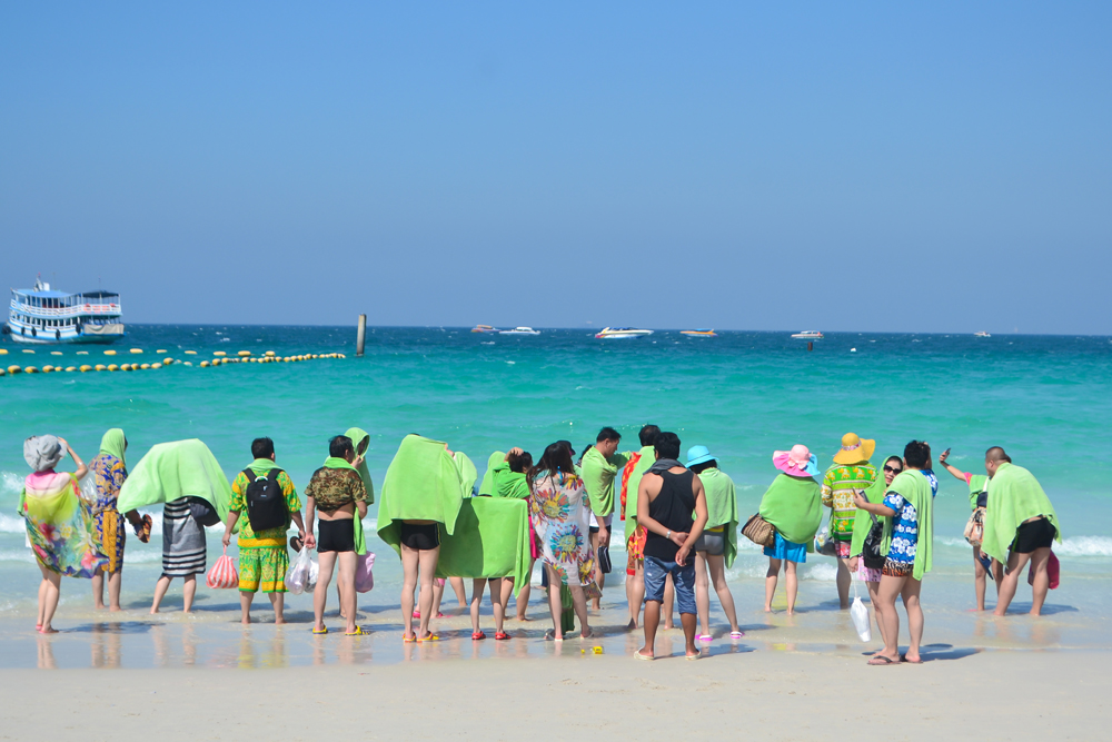 koh-lan_chonburi_thailand_chinese-tourists